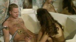 Un couple retro baise dans une baignoire