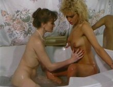 220x170 29 - Bourgeoises lesbiennes à la mode vintage pour un petit bain