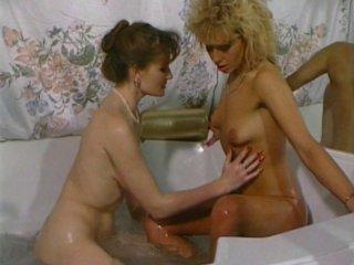 Bain sexy avec deux bourgeoises lesbiennes poilues