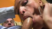 Baise orgasmique pour un travesti et son client à lunettes.