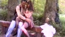 Une bourgeoise nympho baisée dans un parc par un inconnu!