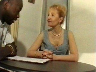 mamie bourgeoise baise avec un ouvrier noir