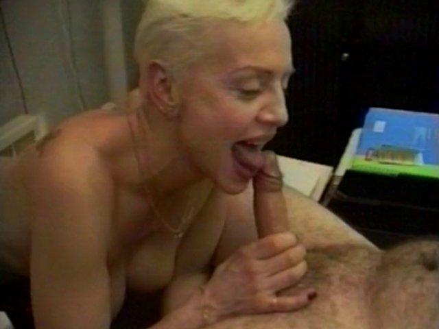 Evelyne, une mature aux seins énormes en extase