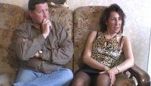 Un vieux couple se lance dans le porno amateur.