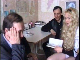 La blondinette se fait retrousser par deux profs