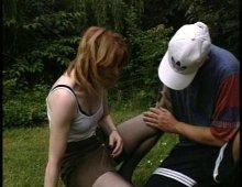 fist-fucking hard dans un jardin public par un couple amateur