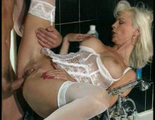 une MILF nymphomane baisée dans la salle de bain