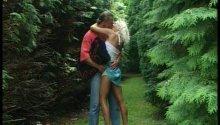 Un couple de gros queutards se retrouvent dans les bois pour une bonne baise!