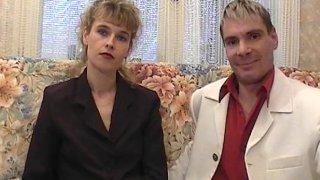Femme coincée accepte de tourner une scène porno avec son mari