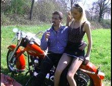 un couple de motards s'exhibe en extérieur