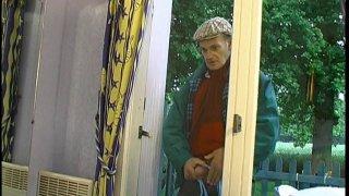 Voyeurisme avec un papy voyeur qui épie un couple chez lui dans leur intimité