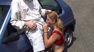 Etudiante baisée dans la voiture d'un inconnu avant de se rendre en cours