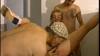 Blonde cochonne baisée en trio par papi et le réparateur