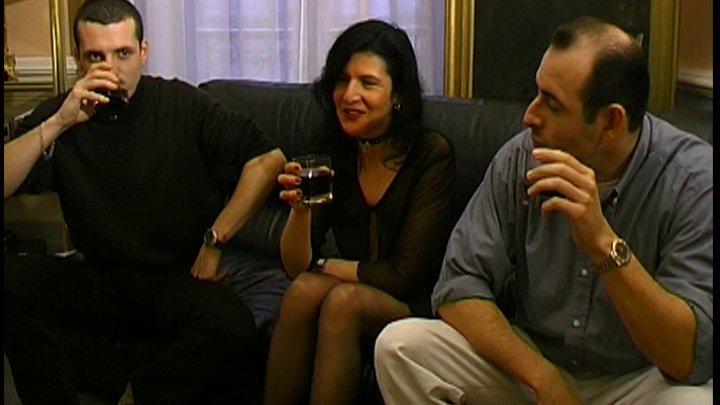 femme infidèle salope se fait niquer par deux copains de son mari - image 720x405_41 on http://www.doc-foufoune.com