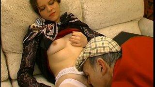 Papy pervers se fait surprendre alors qu'il baise une vendeuse!