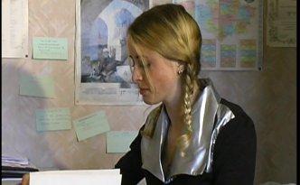 Une magnifique étudiante blonde se rend chez son prof pour des révisions avant le bac