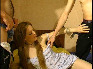 Une étudiante baisée par ses profs à domicile