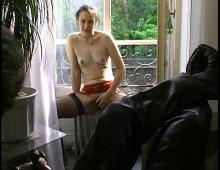 une amatrice poilue offre sa bouche et son cul