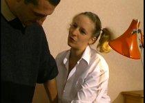 Jeune blonde tourne son premier film porno
