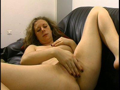 Cathelyne : une nymphomane qui prend son pied devant la caméra