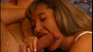 Une blonde gourmande de sperme jouit sous la levrette.
