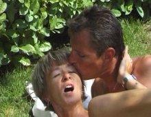 un couple mature et amateur baise dans le camping
