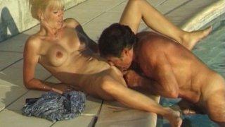 Papy se tape une jeune gourmande au bord de la piscine.