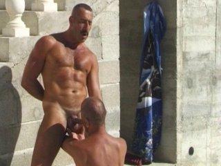 2 mecs poilus se sucent la bite à la piscine