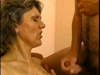 Une cougar ultra bouillante se fait baiser hardcore