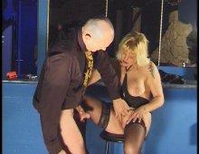 une amatrice mature française suce et baise dans un bar