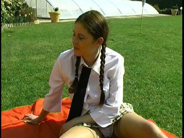 ecolière de 18 ans niquée sur l'herbe apres les cours