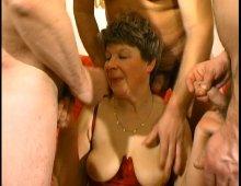 Mamie la chaudasse a besoin de plein de queues pour jouir