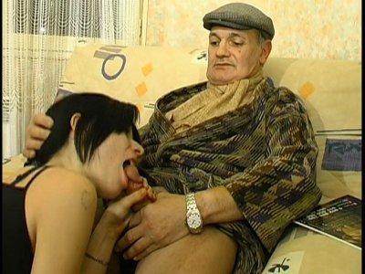Sandra se tape ce vieux papi pour se remonter le moral