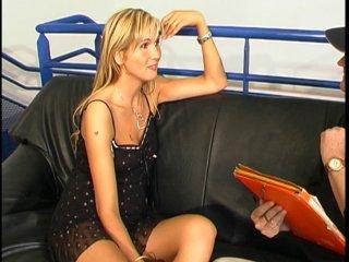 Casting amateur d'une blonde d'1m76 qui sent le cul