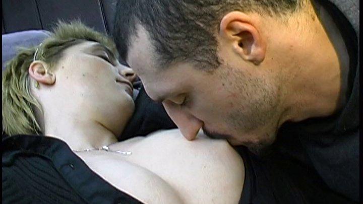 Elle vit son fantasme : Autostoppeuse elle se fait baiser a fond et en force par deux pervers dans un garage