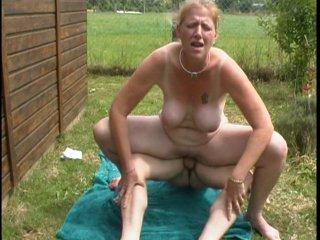Femme mure tringlée par son amant chez elle