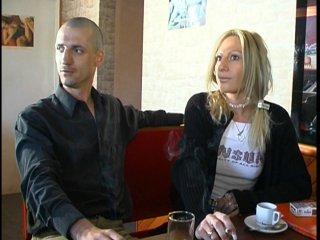 Sodomie d'une blonde dans un café