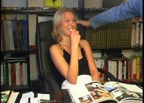 Jeune femme russe sait utiliser sa langue experte