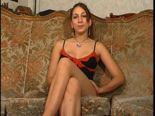 19 ans hôtesse dans un bar et amatrice de porno