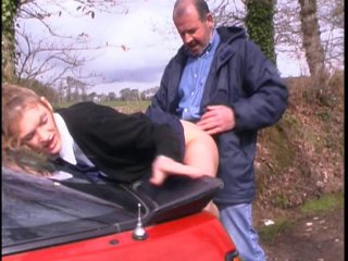 Une étudiante se fait bourrer les trous par un automobiliste