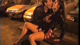 Ils baisent en pleine rue, � la vue du premier passant venu!