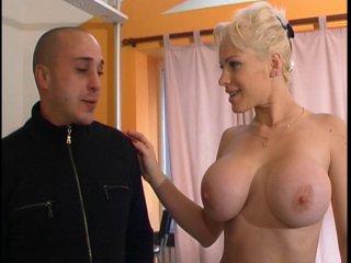 Poupée aux seins énormes offerte à un hardeur