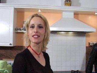 Soubrette gros nichons baisée sur le carrelage de la cuisine