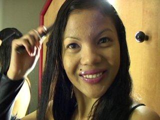 Geisha, une belle métisse asiatique se gode la moule
