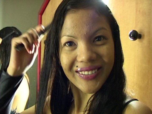 Geisha, une belle métisse asiatique se détend à l'hôtel après sa journée de tournage