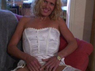 Blonde nympho aime se faire enculer en bas résilles