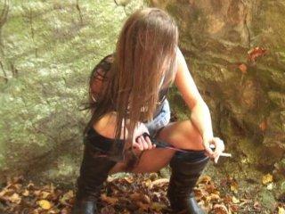 Une balade dans les bois qui finit en gangbang pour la demoiselle