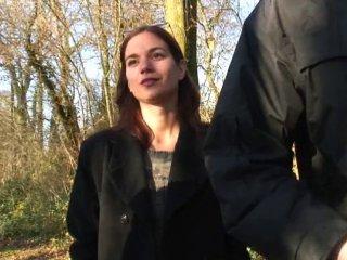 Une fille et trois mecs en exterieur