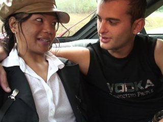 La jeune fille se fait baiser par deux inconnus en cours de route