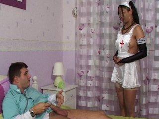 L'infirmière joue au docteur avec un vrai médecin